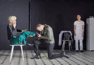 Fräulein Julie verführt Kammerdiener Jean. Kristin beobachtet die Beiden. Von links: Johanna Meinhard, Alexander Darkow, Julia Baukus.