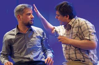 Autohändler Charlie (Daniel Baaden, links) und der autistische Raymond (Steve Walter, rechts).