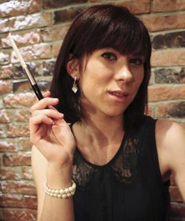 Angelina Gerhardt spielt die Rolle der Holly Golightly.