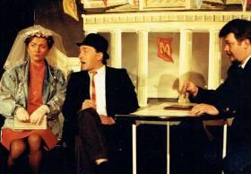 """Bockshorn Ensemble (1990): """"Ost-West-Heirat ohne Mitgift"""" mit: Helga Siebert, Urban Priol, Andreas Zimmermann"""