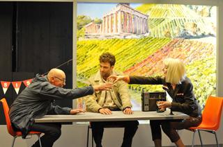 Fränkische Weinseligkeit –  und dazwischen Freigeist Sisyphos (Mitte). Von links: Anton Koelbl, Bastian Beyer und Lenja Schultze.