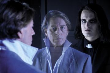 """Goethes """"Faust 1in2"""" eröffnete die Spielzeit: Faust glaubt nicht an jenseitige Belohnung. Für ihn ist die Welt ein totales """"Sofort"""", das Leben eine letzte Gelegenheit für alles."""