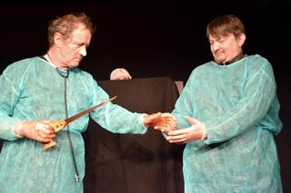Reichen sich nach der Operation die blutverschmierten Hände: Chirurg Preobraschenski (Uwe Bergfelder) und (rechts) sein Assistent Bormenthal (Stephan Ladnar).