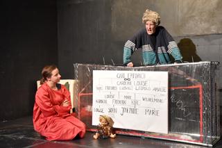 Dass es keine Antwort auf die Frage gibt, woher Kaspar Hauser kommt, verschafft Valerie Kiendl (links) und Karolin Benker Spielraum für eigene Assoziationen. Foto: Pat Christ