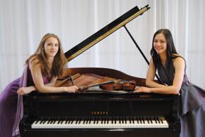 Samira Spiegel (Violine) und Nina Scheidmantel (Klavier) spielten als Klangkartei-Ensemble bei der langen Museumsnacht im Kulturspeicher.