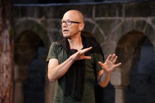 Der Kreuzgang-Schauspieler und Regisseur Achim Conrad liest Geschichten, und Gedichte in der Stiftskirche.