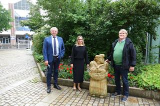 Landrat Johann Kalb bedankt sich bei Franz Rosenklee für die Spende der Skulp-tur. (v. l. Landrat Johann Kalb, Brigitte Seidl vom Fachbereich Organisation, IuK, Künstler Frank Rosenklee.
