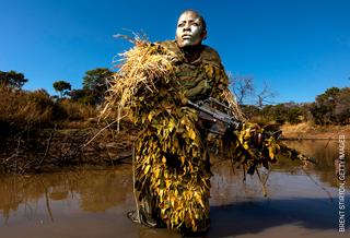 1. Preis Umwelt: Brent Stirton, Südafrika, Getty Images. Rangerin einer Anti-Wilderer-Einheit in einem Wildlife Park/Simbabwe.
