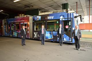 Präsentieren die Röntgen-Straßenbahn (v.l.): WVV-Geschäftsführer Thomas Schäfer, Unipräsident Alfred Forchel, Oberbürgermeister Christian Schuchardt und Bernd Karl, Bereichsleiter Mobilitätsdienstleistungen der WVV.