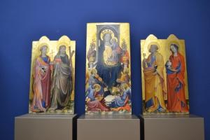 Das frisch restaurierte Triptychon des Gherardo Starnina aus Florenz zählt zu den herausragenden Spitzenstücken. Es ist gleich im ersten Raum der Gemäldegalerie zu finden.
