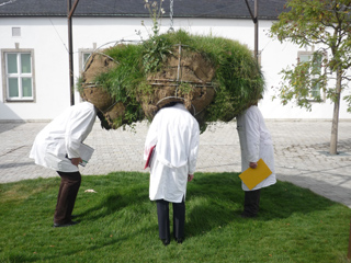 """Drei """"Wissenschaftler""""seit zehn Jahren auf Tuchfühlung mit der Kunst: Mia Hochrein, Jan Polacek und Stephan Winkler sind das Institut Heinz."""