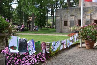 Kreativ beim Kunstworkshop im Park von Schloss Aschach.