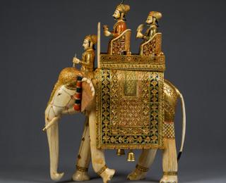 Prunk-Elefant mit König (Raja) und Minister (Wesir). Nordindien, Rajasthan oder Gujarat, 19. Jh., Elfenbein aus dem Museum Fünf Kontinente, München.