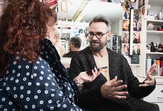 Wolfgang Weber fabriziert jeden Abend geschminkte Wahrheiten. Im Leporello-Interview ging es um die ungeschminkte Wahrheit in seinem Beruf.