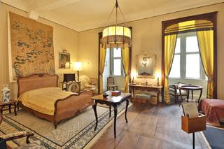 Beim gemeinsamen Rundgang besichtigen die Besucher unter anderem das Schlafzimmer von Gräfin Carola.