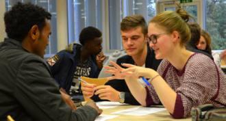 Die Jugendlichen vom Friedrich-Koenig-Gymnasium bemühen sich um Verständigung mit den jungen Flüchtlingen von der Don Bosco- Schule.