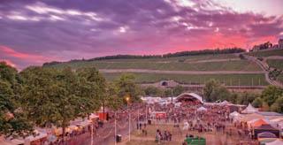 Beim Umsonst & Draußen Festival trifft sich Würzburg vier Tage lang auf den Talavera Mainwiesen und feiert.