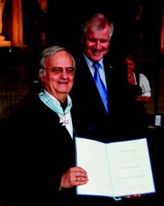 Dr. Balgoy Apostolov erhielt für alle seine kulturellen Leistungen 1997 das Bundesverdienstkreuz am Bande und 2013 den Bayerischen Verdienstorden für Kunst und Kultur.