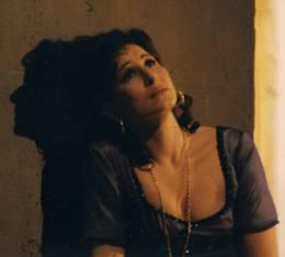 Unvergessen Barbara Schöller als der Spatz von Paris. Mehr als ausdrucksstark als Schauspielerin und umwerfend als Sängerin, gab sie die Piaf.
