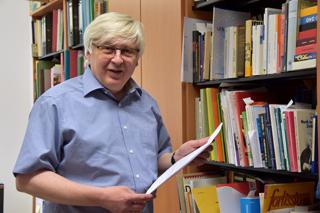 """Friedhelm Brusniak mit Druckfahnen des neuen """"Lexikon des Chors"""". Zum Museumsbestand gehören auch die ältesten Chorzeitschriften der Welt."""