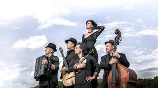 """Foaie Verde """"Libertate"""" kommt mit handgemachter Balkan-Musik aus Ungarn, Russland und Rumänien gespielt von Violine, Gitarre, Bajan, Kontrabass und Gesang."""
