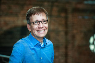 In der Nachfolge von Johannes Moesus ist Sebastian Tewinkel ab September 2019 neuer künstlerischer Leiter und Chefdirigent des BKO.