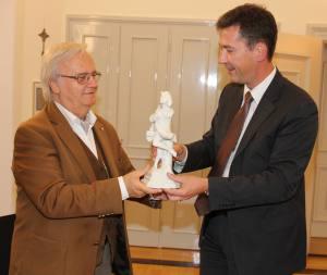 Oberbürgermeister Christian Schuchardt (re.) überreicht Dr. Blagoy Apostolov den Tanzenden Schäfer.