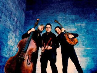 """""""Wildes Holz"""" zeigen in der Panzerhalle Bayreuth, was mit der ungewöhnlichen Mixtur Flöte, Gitarre und Kontrabass möglich ist."""