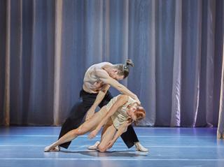 """Mit """"Naked"""" zeigen Tanzdirektorin Dominique Dumais und die Tanzcompagnie am  Mainfranken Theater, wie schön und sinnlich reiner zeitgenössischer Tanz sein kann."""