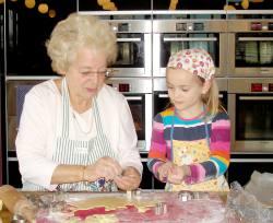 Jutta Forster hat zur Verstärkung ihre fünfjährige Enkelin mitgebracht, die wie ein Profi die Plätzchen ausstoch und verzierte.