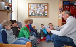 """""""Geschichten, die bleiben"""": Bereits 2012 war Rudolf Ramming im Kinderhaus St. Albert zu Gast. Kurz vor Weihnachten kommt er wieder."""