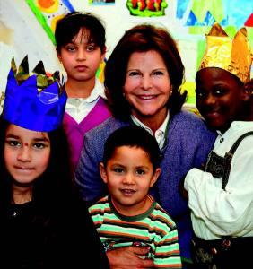 """Unter dem Motto """"Sichere Orte für Flüchtlingskinder – Hilfe und Zukunft"""" geht es bei der Fachveranstaltung am 9. September im Beisein von Königin Silvia um lokale Akteure und überregionale Childhood- Projekte, wo junge Flüchtlinge diese """"sicheren Orte"""" finden, welche gelungenen Initiativen an diesen Orten bereits verwirklicht werden und welche Herausforderungen noch zu meistern sind."""