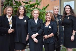 Daniela Topp-Burghardt (3. von links) umringt von früheren Preisträgerinnen (von links): Magdalena Baur, Gudrun Schmidt-Kärner, Daniela Topp-Burghardt, Jasmina Prpic, Regina Hellwig-Schmid und Inge Bell.