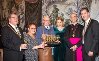 v.li: Bürgermeister Dr. Adolf Bauer, Bürgermeisterin Marion Schäfer-Blake, Ossi End-res, Eva-Maria Bast, Bischof Dr. Franz Jung, Oberbürgermeister Christian Schuchardt.