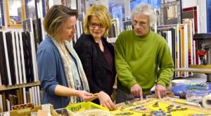Felix Welke zeigt (von links) Annette Popp und Sabine Voll von der Kulturtafel, woran der erste Kulturtafel-Gast seines Ateliers gerade arbeitet.