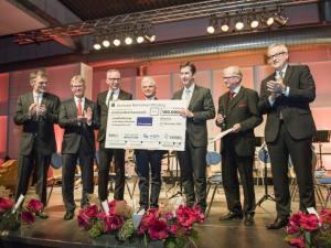 """Spendenübergabe: 100.000 Euro für das Projekt """"Leseförderung in der Region Würzburg"""". Foto: Katrin Heyer"""