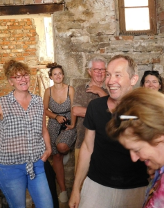 Bei der ersten Führung durch das alte Gemäuer, das bald Theater sein wird, strahlen Hannes Hirth und alle Beteiligten.