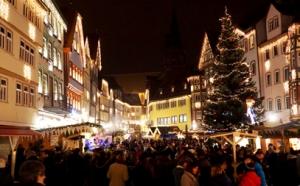 Entlang der bunt erleuchteten Häuser bieten über 60 Weihnachtshütten Schönes, Nützlichen und Dekoratives an.